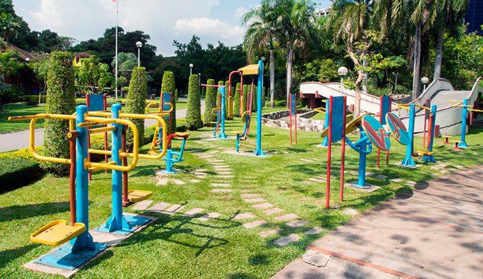 Parques infantiles y biosaludables mobiliario urbano for Parques con jardines